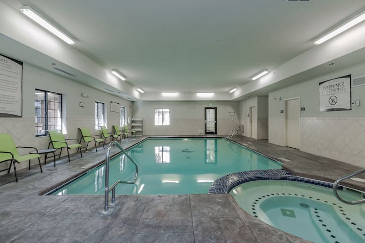 King Suite Near Notre Dame | Free Breakfast, Gym + Pool Access