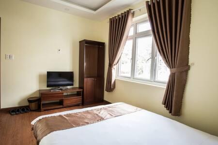 Phòng 1 giường đôi. ( a double bed room)