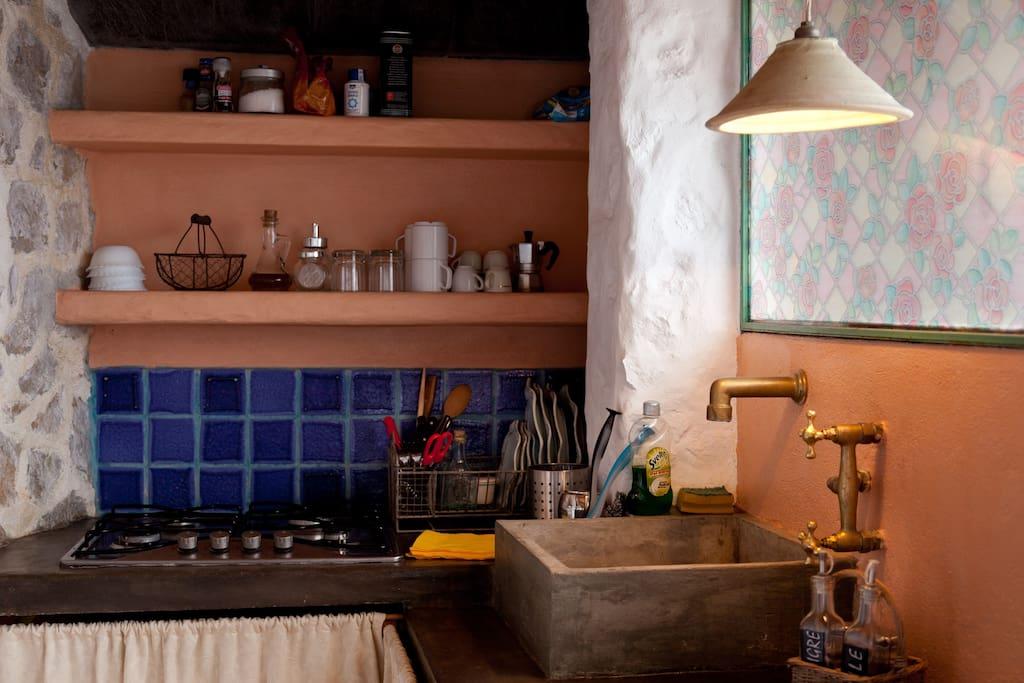 Particolare del cucinino (tutti gli accessori e oggetti fatti rigorosamente a mano: lavello, rubinetteria, lampadari, piastrelle in maiolica, piano di lavoro ecc.)
