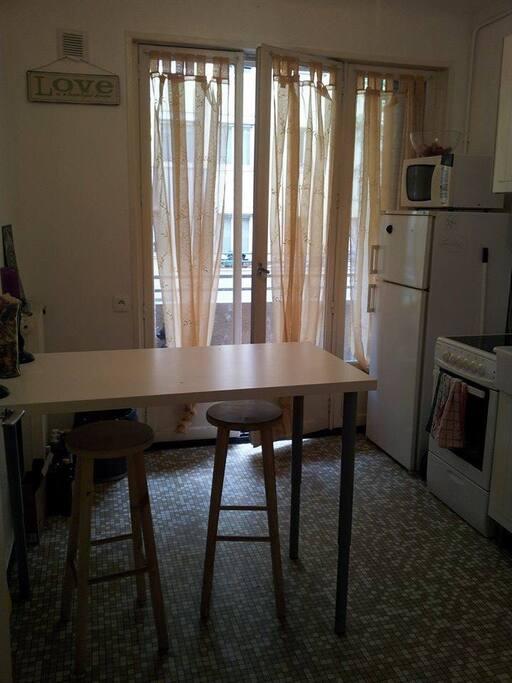 La cuisine équipée avec accès au balcon.