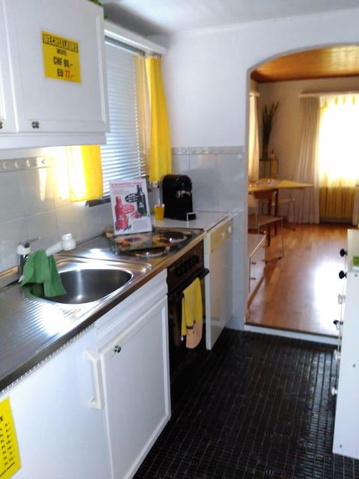 Küche mit Herd, Kühlschrank, Geschirrspüler und Kaffeemaschine