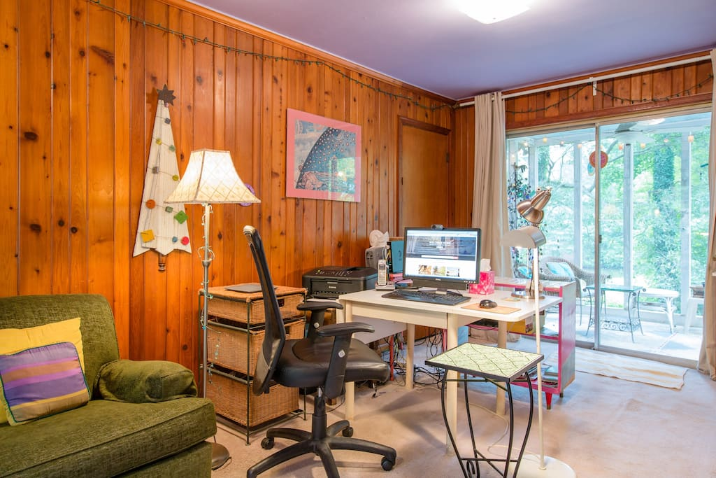 The office offers WiFi, Internet, a half bath, pull out sofa, laundry, screened in porch and lake views!