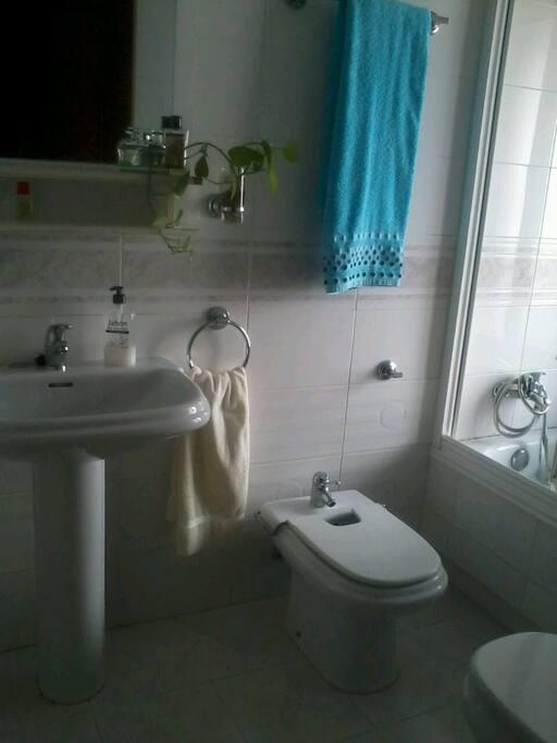 Baño privado con toallas, gel y champú incluido