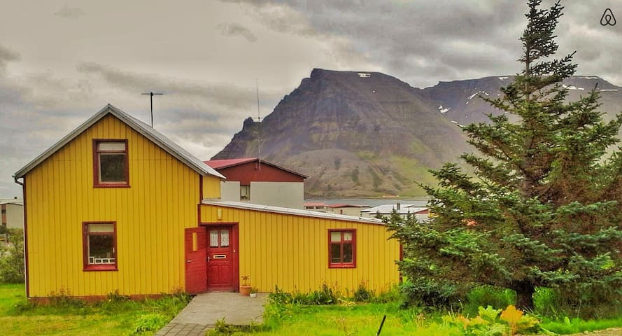 Cozy cottage in the Westfjords - Bolungarvik - Huis