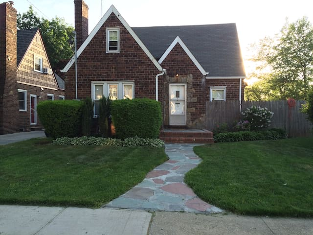 Charming Tudor near NYC & Beaches - Hempstead - Casa