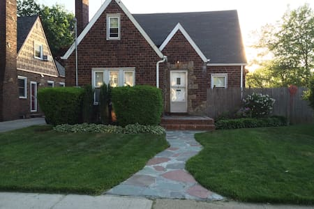 Charming Tudor near NYC & Beaches - Hempstead