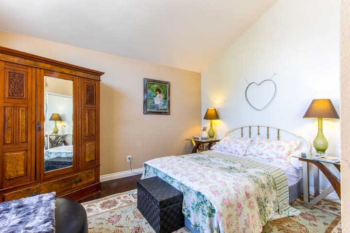 Minutes from Beaches! Garden Room for You!