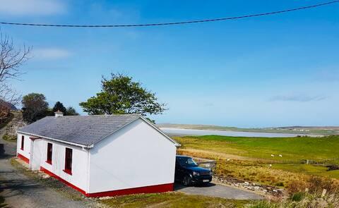 Ardara, Weavers 'Cottage - widok na morze i góry