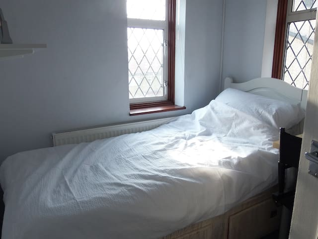 Single Room in spacious house