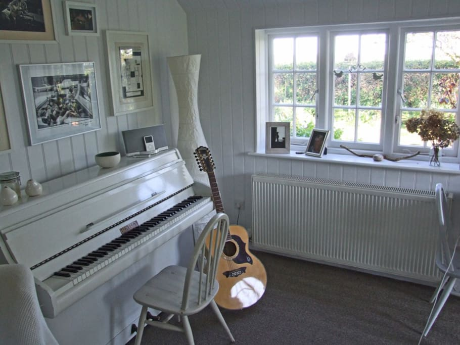 Snug with piano & guitar