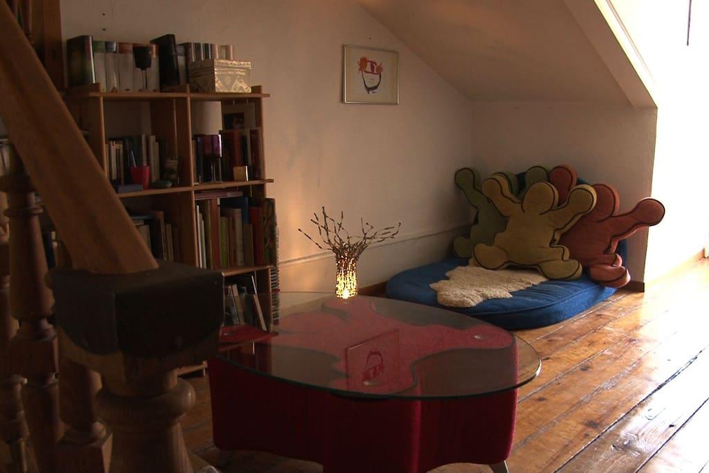 Wohnraum mit Matratze auf Holzrost