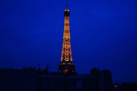 With the great view on Eiffel Tower - París - Pis