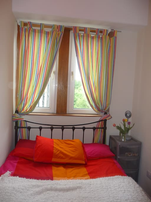 cosy double bed.with small storage. nice and fresh bathrobe and towels