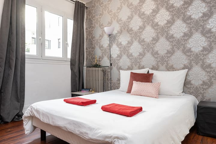 The Eiffel Tower walking distance Cosy studio