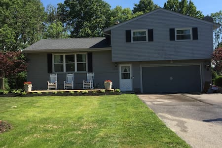Just like home! 3 Bdrm house  25 min from RNC - Twinsburg - Casa