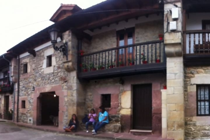 Casa adosada típica montañesa en Sopeña.