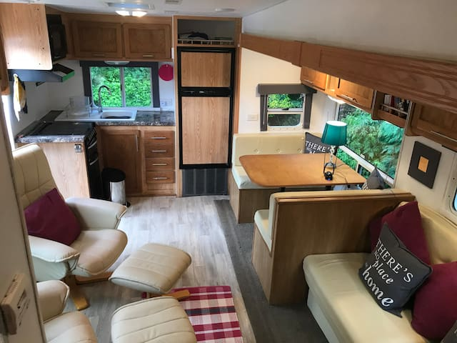 5 th wheel motorhome with large slideout