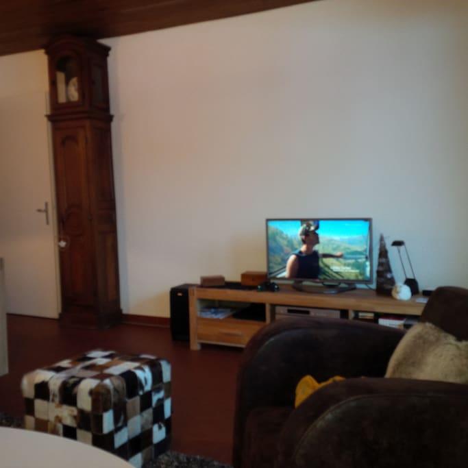 TV, Chiane Hifi, radio, lecteur DVD + DVD, Internet, WiFi