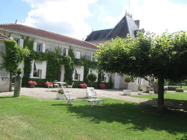 Logis de la grande Motte - Saint-Dizant-du-Gua - House