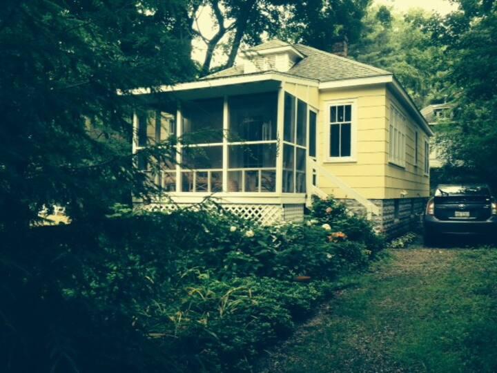 Charming Cottage-three blocks to beach!