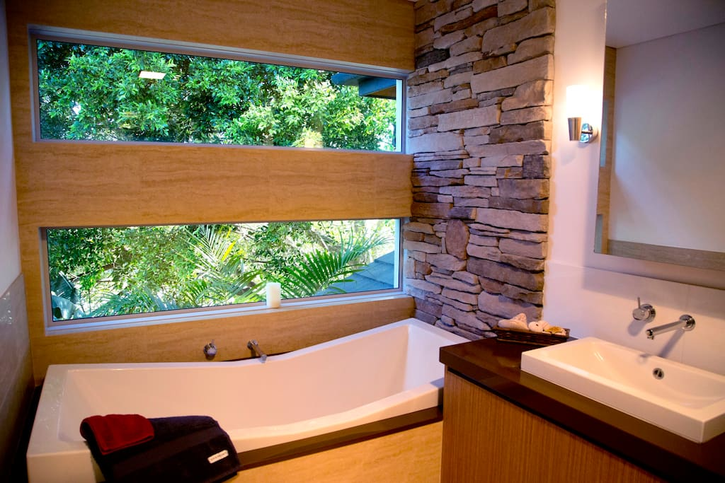 The bathtub, with its soothing leafy view, is so comfortable and relaxing!