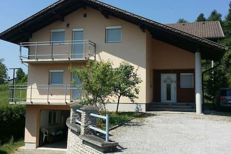 Großzügiges Ferienhaus mit Garage - Gornja Koprivna - Ház