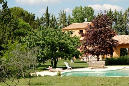 Nice calm studio with many trees and pool near Aix - Venelles