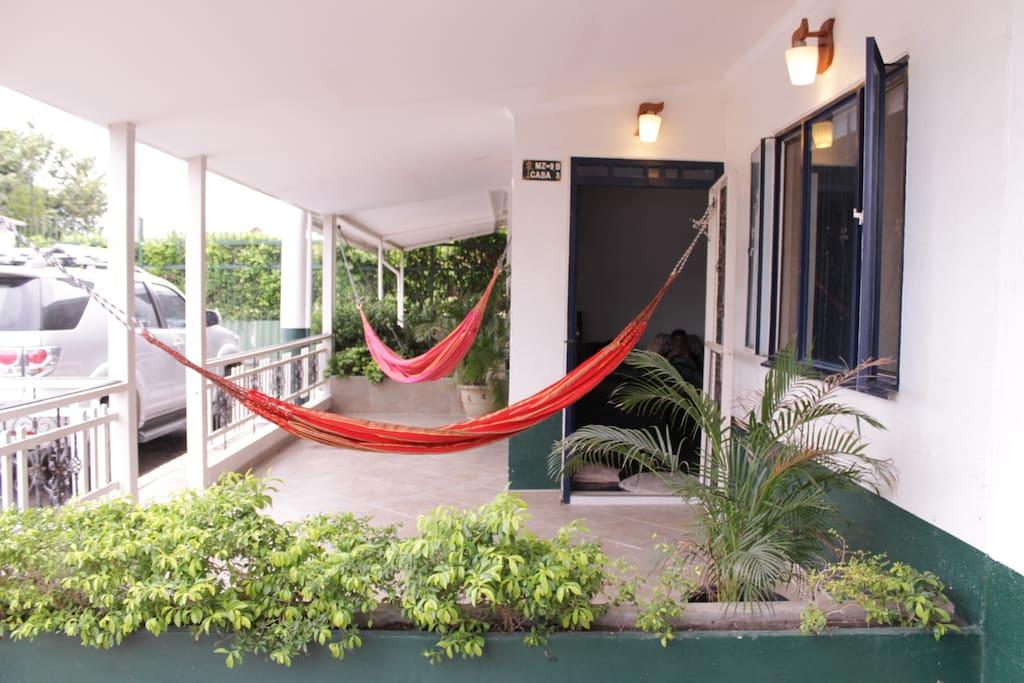 Frente de la casa con dos espectaculares hamacas para pasar un descanso agradable.