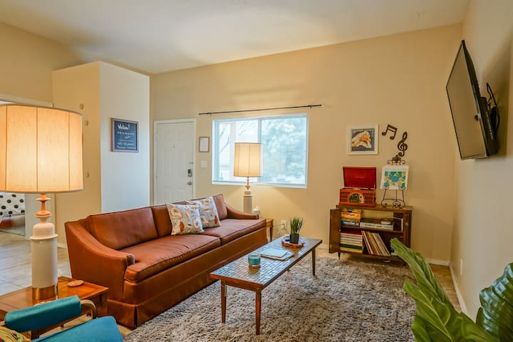 Retro Condo in the NE Heights, King Bed, 2 TV's