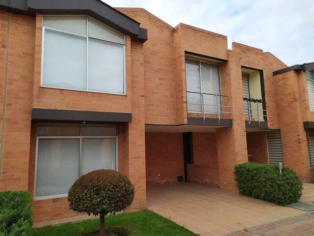 Casa Manolo: En Tabio casa acogedora y amplia.