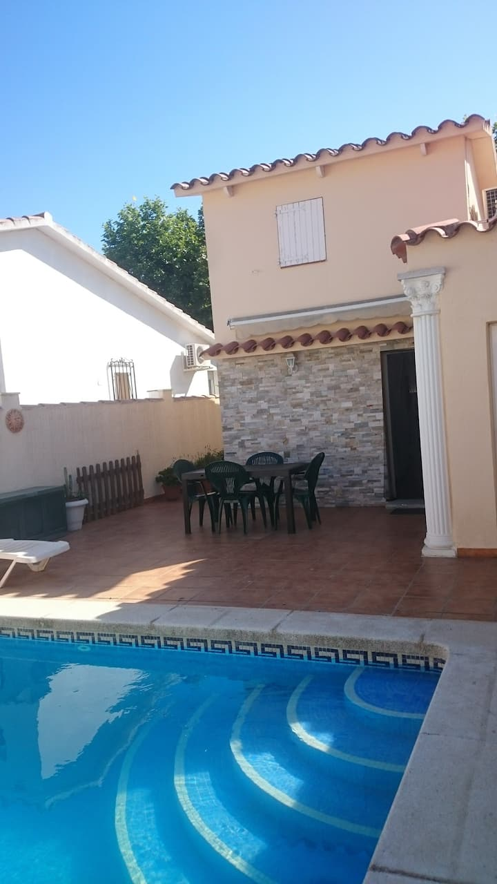 Casa  de 2 dormitorios con piscina privada.