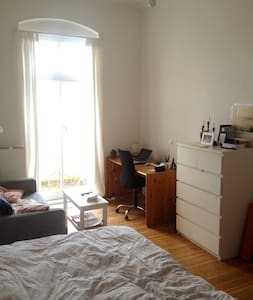 Bright airy room with large bed, balcony, and sofa - Berlin - Apartament