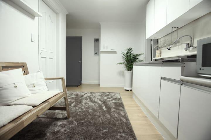 B *Neat, Clean, New House* 5 min from Hongdae