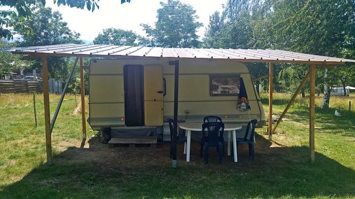 Caravane sur camping à la ferme proche plan d'eau