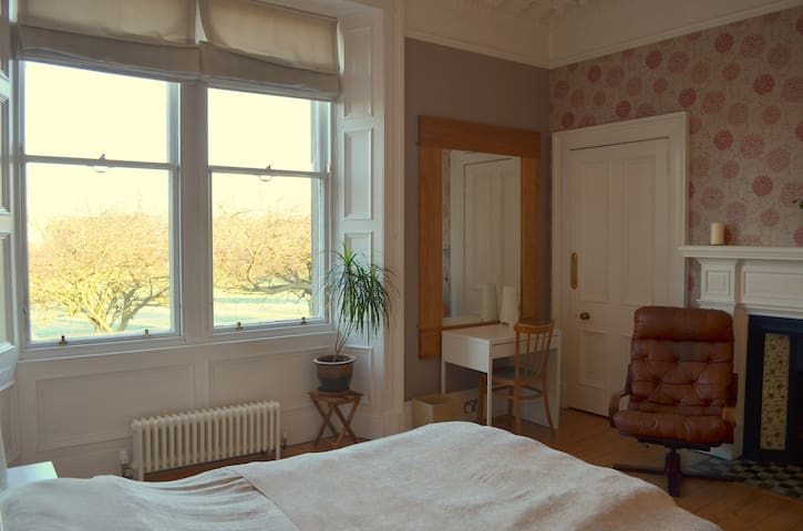 Large double room overlooking the park!