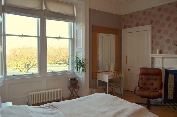 Large Double En-suite Room Overlooking the Park