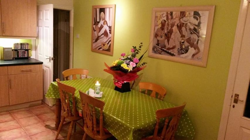 Lovely rooms - family home 3 miles to city centre - Bradford - Bungalow