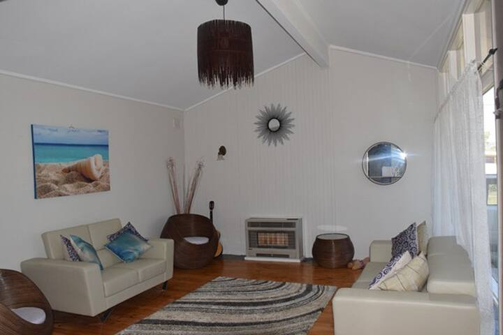 Modern Home in Modbury, Free WIFI & parking.
