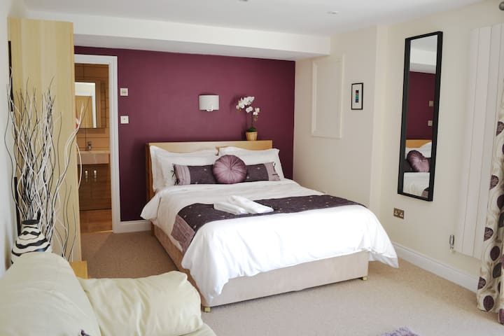 Suite, near Castle Cary centre, includes breakfast