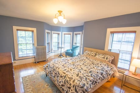 Extra large bedroom in a Victorian Mansion - 2 - Boston - House