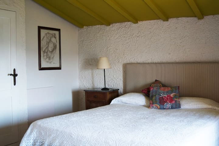 Bedroom with double (can be made up as two twin beds).