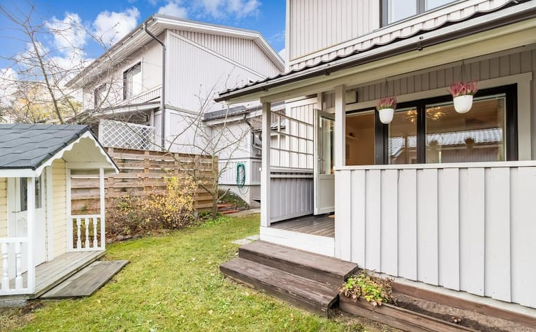 Family friendly 2BR house with sauna and backyard