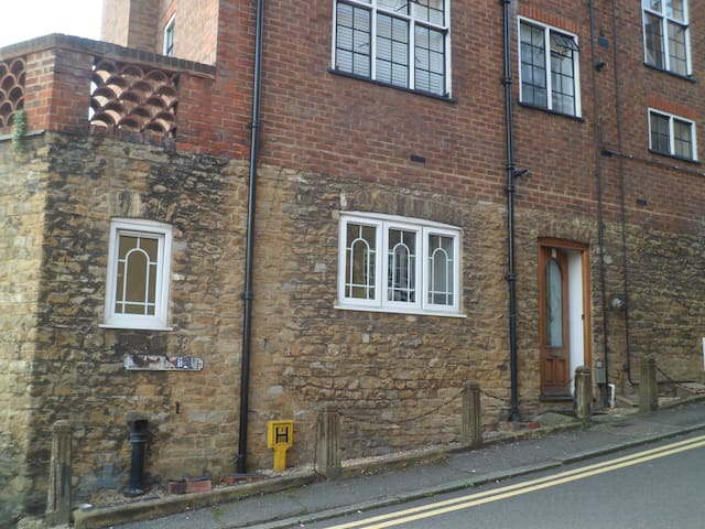 Bright, Spacious, Quiet One Bed Period Flat - Guildford - Leilighet