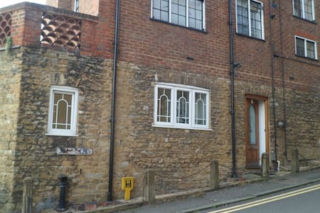 Bright, Spacious, Quiet One Bed Period Flat - Guildford