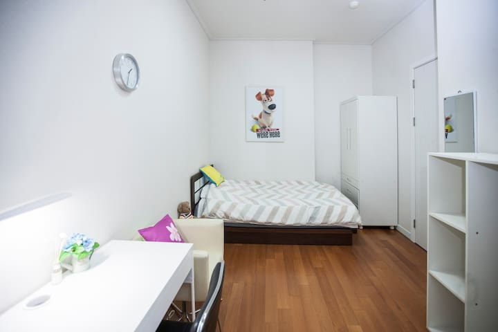 Clean & Spacious Single Room in Centre of Sinchon