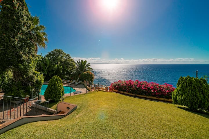 Spacious Villa with Large Garden, Heated Pool, Sea Views | Villa Albatroz