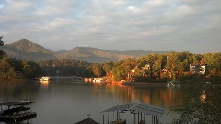 LAKE FRONT TOWN HOME IN DOWNTOWN HIAWASSEE