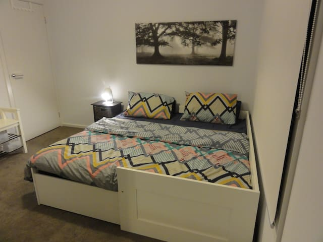 Private bedroom close to the CBD - Enfield - House