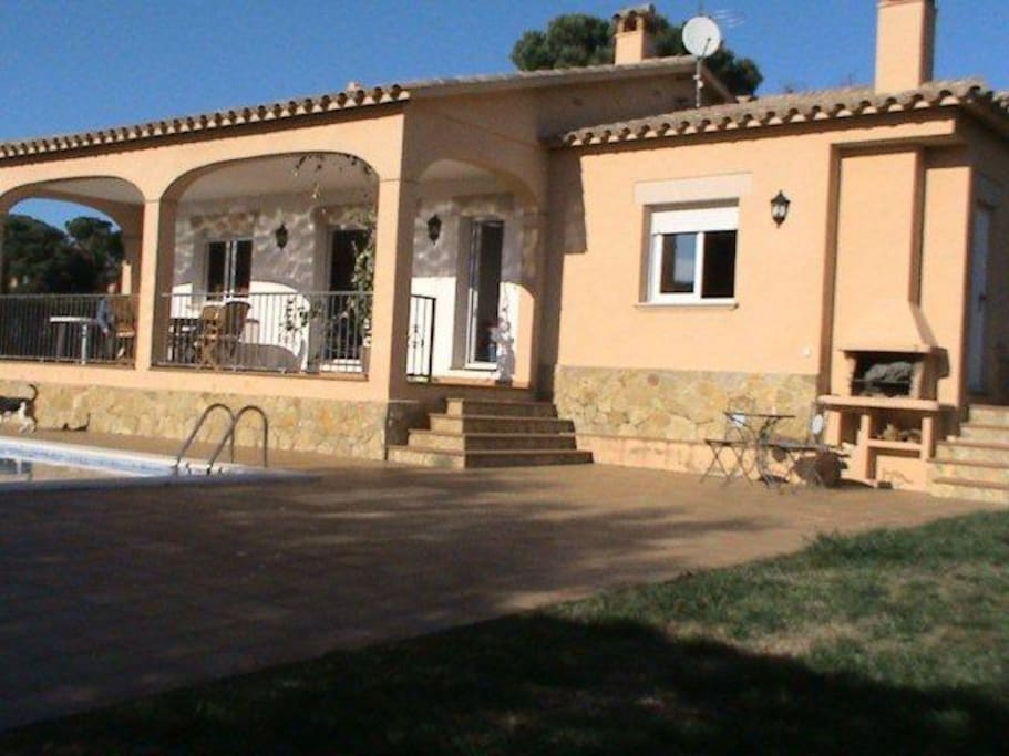 Chalet con piscina bien situado chalets for rent in - Chalet con piscina ...