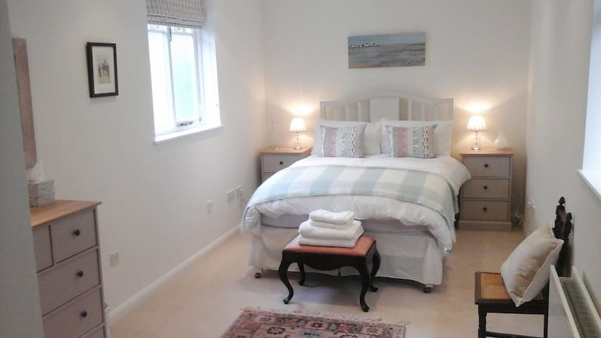 Bright, Spacious and Comfortable Bedroom. - Chiddingfold - Casa